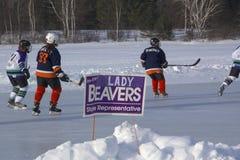 Команды ` s женщин состязаются в фестивале хоккея пруда в Rangeley стоковое фото rf