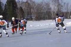 Команды ` s женщин состязаются в фестивале хоккея пруда в Rangeley стоковые фото