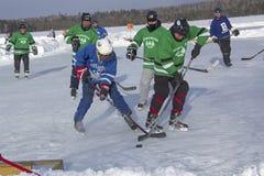 Команды ` s людей состязаются в фестивале хоккея пруда в Rangeley стоковые изображения