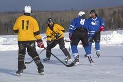 Команды ` s людей состязаются в фестивале хоккея пруда в Rangeley стоковая фотография rf