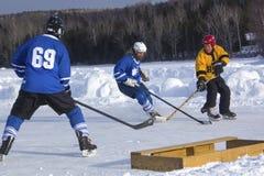 Команды ` s людей состязаются в фестивале хоккея пруда в Rangeley стоковые изображения rf