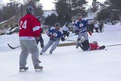Команды ` s людей состязаются в фестивале хоккея пруда в Rangeley стоковое изображение rf