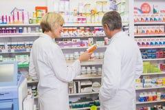 Команда аптекарей говоря о медицине Стоковое фото RF