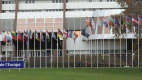 Команда аранжируя все флаги Европейского союза на полу-рангоуте видеоматериал