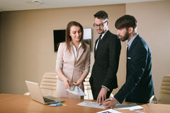 Команда архитекторов встречая в офисе Стоковое Изображение RF