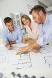 Команда архитекторов обсуждая дизайны futur Стоковые Изображения
