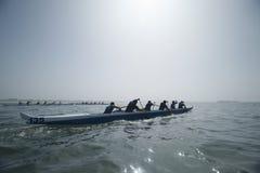Команда аутриггера Canoeing в гонке Стоковые Изображения