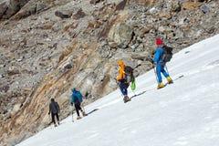 Команда альпинистов тщательно шагая - вниз на ледник Стоковая Фотография RF