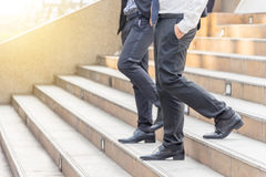 Команда бизнесмена идя вниз с лестниц к офису Стоковая Фотография