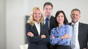 Команда бизнесменов веселить акции видеоматериалы