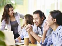 Команда бизнесменов встречая в офисе Стоковая Фотография