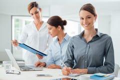 Команда бизнес-леди работая на столе Стоковые Фотографии RF