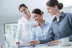 Команда бизнес-леди работая на столе Стоковые Изображения