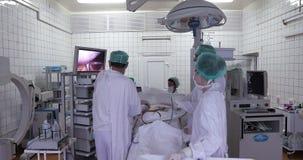 Команда врач-специалистов проводила laparoscopic хирургию акции видеоматериалы