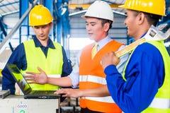 Команда в фабрике на тренировке продукции Стоковое Фото