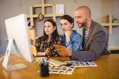 Команда график-дизайнера работая на компьютере Стоковое Изображение