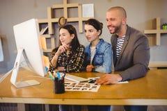 Команда график-дизайнера работая на компьютере Стоковая Фотография RF