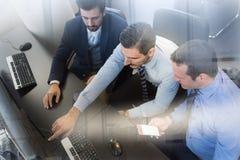 Команда дела анализируя данные на компьютере Стоковые Фотографии RF