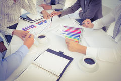 Команда дела анализируя диаграммы диаграммы в виде вертикальных полос Стоковые Изображения
