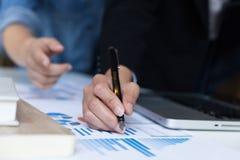 Команда дела анализируя диаграммы и диаграммы дохода с современным подолом Стоковая Фотография RF