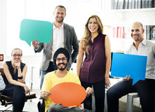 Команда дела держа концепцию знака пузыря речи Стоковые Изображения