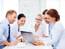 Команда дела имея встречу в офисе Стоковые Изображения