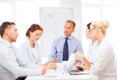 Команда дела имея встречу в офисе Стоковые Фото