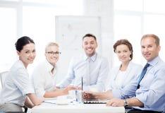 Команда дела имея встречу в офисе Стоковая Фотография