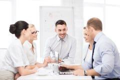 Команда дела имея встречу в офисе Стоковое фото RF