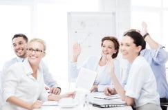 Команда дела имея встречу в офисе Стоковое Фото