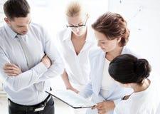 Команда дела имея обсуждение в офисе Стоковая Фотография RF