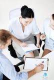 Команда дела имея обсуждение в офисе Стоковые Фотографии RF