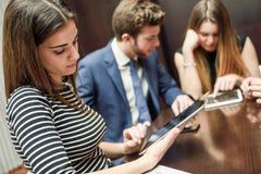 Команда дела используя планшет, который нужно работать с финансовыми данными Стоковая Фотография RF