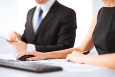 Команда дела на встрече используя компьютер Стоковая Фотография