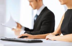 Команда дела на встрече используя компьютер Стоковые Изображения