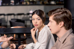 Команда дела на встрече обсуждая проект в кафе стоковое изображение rf