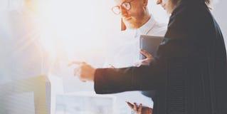Команда дела на работая процессе Молодые сотрудники встречая на солнечном офисе горизонтально Влияние пирофакелов Стоковое Изображение