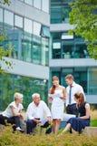 Команда дела обсуждая контракт в встрече Стоковые Фото