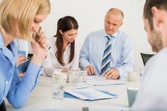 Команда дела обсуждая документ Стоковые Фотографии RF