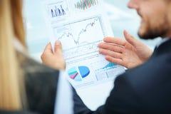 Команда дела обсуждая финансовую диаграмму Бухгалтерский учет Стоковые Фото