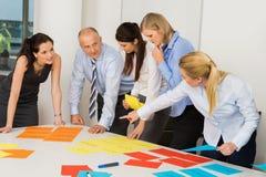 Команда дела обсуждая ярлыки Стоковое Изображение