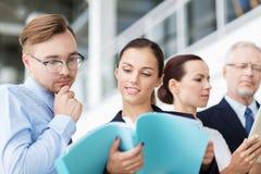 Команда дела при папки встречая на офисе Стоковые Изображения