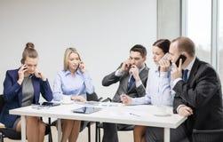 Команда дела при smartphones имея переговор Стоковые Изображения RF