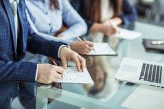 Команда дела работает с финансовыми документами на рабочем месте в офисе Стоковая Фотография RF