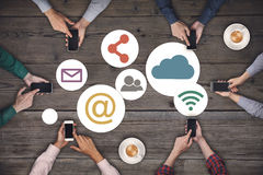 Команда дела работая на smartphones Социальная концепция интернета средств массовой информации