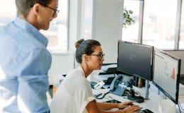 Команда дела работая совместно на компьютере Стоковая Фотография RF
