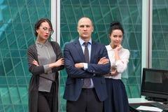 Команда дела стоя в офисе Стоковые Изображения