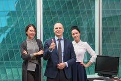 Команда дела стоя в офисе Стоковая Фотография RF