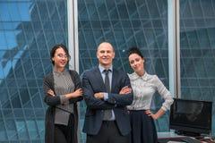 Команда дела стоя в офисе Стоковые Фотографии RF