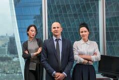 Команда дела стоя в офисе Стоковая Фотография